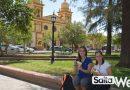 turistas en plaza de cafayate