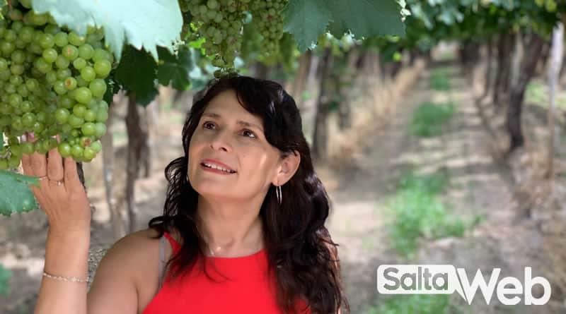 sandra entre viñedos de cafayate